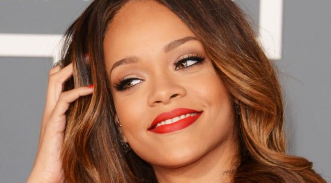 Rihanna em topless (mas tapada!) para a MAC Cosmetics