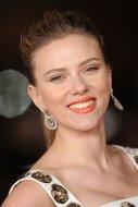 Scarlett-Johansson-showed-us-orange-lipstick-still-great-choice-even-when-temperatures-drop
