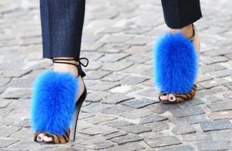la-modella-mafia-sergio-rossi-neon-blue-fur-via-jakjil1