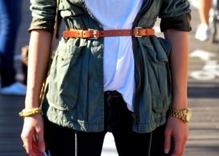new-york-streetstyle-brooklyn-bridge-fashion-and-beats-ana-bekted-military-jacket-fall-white-tshirt-abercrombie-jeans-ray-bans-zara-beige-bag-handm-belt-michael-kors-watch