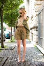 thecablook-darya-kamalova-fashion-blog-street-style-asos-shorts-high-waist-stefanel-top-zara-nude-sandals-leather-rebecca-minkoff-mini-mac-bag-giant-wintage-mirrir-sunglasses-vipi-creation-bracelet-studs-backstage_