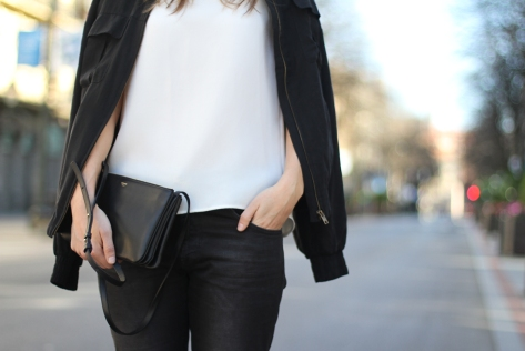 clochet-outfit-streetstyle-suite-blanco-heels-mango-bomber-celine-trio-bag-4