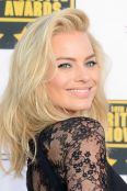 critics-choice-awards-margot-robbie-h724