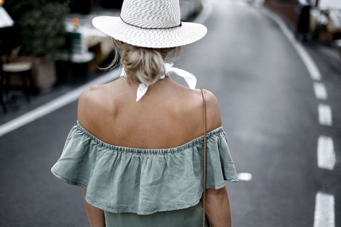 Sem costas street style off shoulder Sem costas street style off shoulder no shoulder