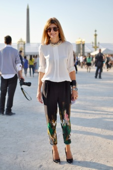 PRINT-PANTS-TRENDY-CREW-PARISFASHION-WEEK-STREET-STYLE-SARAH-RUTSON-TIBI-WATERCOLOR-SILKPANTS-WHITE-TOP-STATEMENT-NECKLACE-